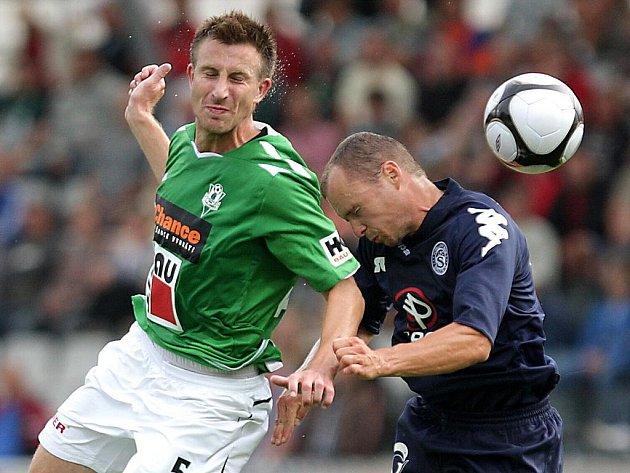 V Jablonci se hrál zápas 2. kola Gambrinus ligy mezi FK Baumit Jablonec a 1. FC Slovácko. Zábojník v souboji s Randou.