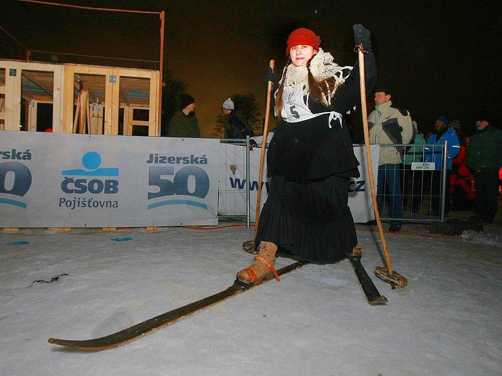 V pátek 7. ledna večer za svitu loučí odstartoval závod lyžníků na Jizerské 50, věnovaný tentokrát památce horolezců zahynuvších na Huascaranu.