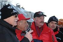 Zleva prezident Václav Klaus, předseda Ski klubu J50 Jan Čejka a předseda Senátu Přemysl Sobotka.