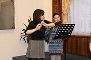 Hudební dárek flétnistek Emy a Kláry z jablonecké Základní umělecké školy zlatým a stříbrným dárcům krve.