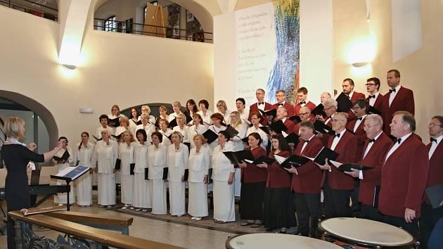 Janáčkovci předvedli svůj široký repertoár, kterým potěšili všechny posluchače, hlavně ty, kteří s nimi kdysi zpívali.
