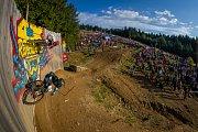 Finále závodu světové série horských kol ve fourcrossu, JBC 4X Revelations, proběhlo 15. července v bikeparku v Jablonci nad Nisou. Na snímku dole Jiří Penc a nahoře Adrien Loron.