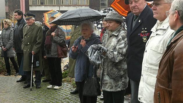 U památníku obětem bezpráví v ul. gen. Mrázka v Jablonci nad Nisou se 17. listopadu sešli představitelé města, účastníci protifašistického odboje a několik občanů města ke vzpomínkové akci.