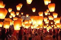 NETRADIČNÍ MIKULÁŠSKÁ NADÍLKA. Jablonec rozzáří stovky horkovzdušných balónů s vánočním přáním.