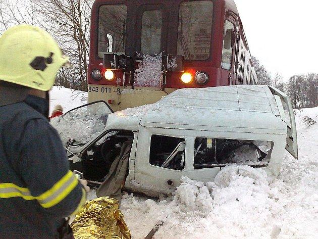 Dva lidské životy si vyžádala sobotní odpolední nehoda v obci Rádlo u Jablonce nad Nisou. Krátce po 16. hodině se na tamním přejezdu srazil rychlík jedoucí z Liberce do Pardubic s osobním automobilem Citroën C 15.