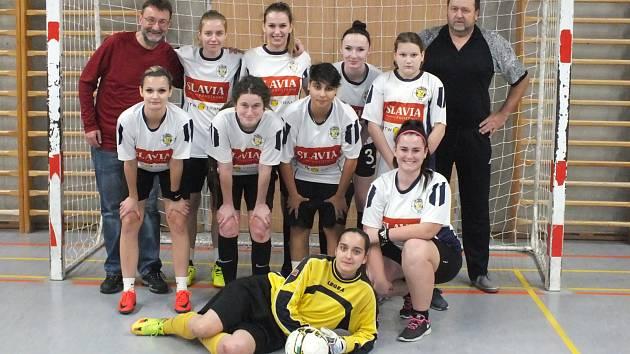 Fotbalistky pod vedením trenéra Honzy Štola (na fotce vlevo) nechyběly na turnaji v Uhlířských Janovicích.