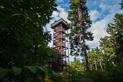 Dřevěná rozhledna na Císařském kameni v obci Rádlo na Jablonecku je v současné době z technických důvodů uzavřená. Místo nákladných oprav původní stavby na místě vyroste nová rozhledna. Ta by měla být otevřena ještě letos v létě.