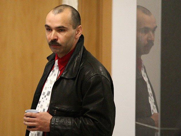Pavel Onodi stanul potřetí  před libereckým okresním soudem ve věci vydírání, při kterém měl údajně nutit ženu k focení aktů svázanou. Na snímku Onodi na chodbách libereckého soudu před líčením.