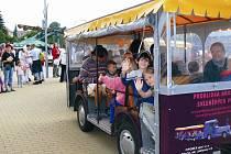 Výletní vláček ráno z Pěnčína zamířil k hale. Celé odpoledne se jím zdarma děti vozily kolem dokola i v doprovodu rodičů.