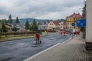 Dopravní uzavírky v okolí kruhového objezdu na křižovatce silnic Turnovská, Pražská a Nová Pražská v Jablonci nad Nisou.
