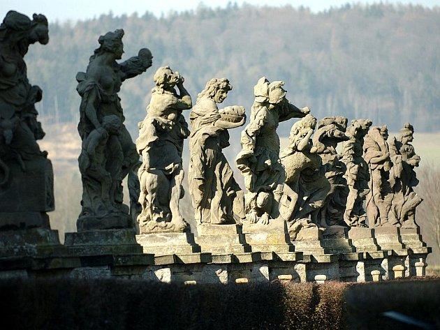 Mistrovské sochy M. B. Brauna na Kuksu 12 soch Ctností a 12 soch Neřestí (na snímku před západní částí severní fronty špitálu).