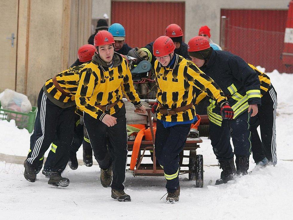 Na fotbalovém hřišti ve Vratislavicích se tak i letos sešlo za velkého mrazu a pěkné sněhové nadílky jedenáct družstev dobrovolných hasičů, kteří se zde rozhodli definitivně zakončit svoji soutěžní sezonu. Muži z Raspenavy.