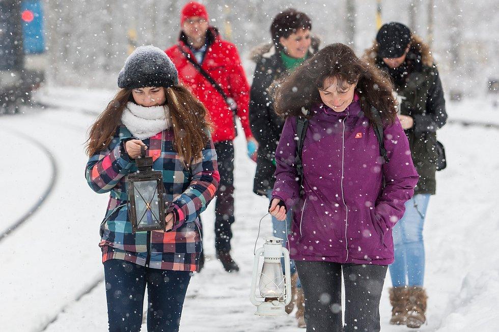Skauti přivezli 17. prosince Betlémské světlo rychlíkem z Pardubic do Rychnova u Jablonce nad Nisou. Připálit svíčky v lucerničkách si přišla zhruba desítka lidí.