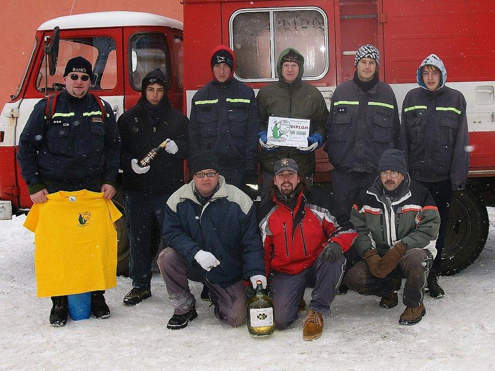 Na fotbalovém hřišti ve Vratislavicích se tak i letos sešlo za velkého mrazu a pěkné sněhové nadílky jedenáct družstev dobrovolných hasičů, kteří se zde rozhodli definitivně zakončit svoji soutěžní sezonu. SHD Bozkov.