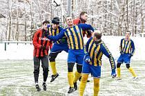 V typicky zimním počasí proběhl tuto sobotu na umělém trávníku v Desné zápas  1 kola JP CUPu mezi domácím účastníkem Krajského přeboru LK TJ Desná a Jiskrou Harrachov.