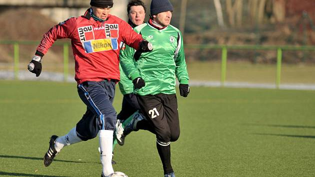 Tradiční utkání v kopané mezi jabloneckými rozhodčími a trenéry FK BAUMIT Jablonec vyhráli trenéři 4:3.