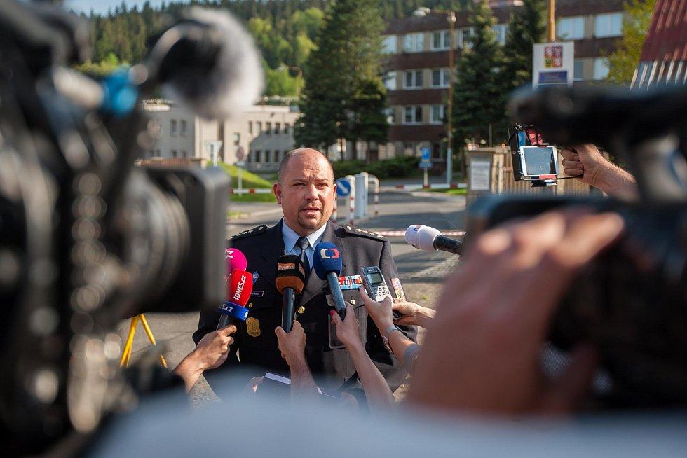 Ředitel Věznice Rýnovice Vlastimil Kříž a tisková mluvčí Monika Králová předstoupili v 17.15 v neděli 21. května před novináře.