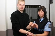 Eskapolog Zdeněk Bradáč s policistkou Zdenou Kopalovou.
