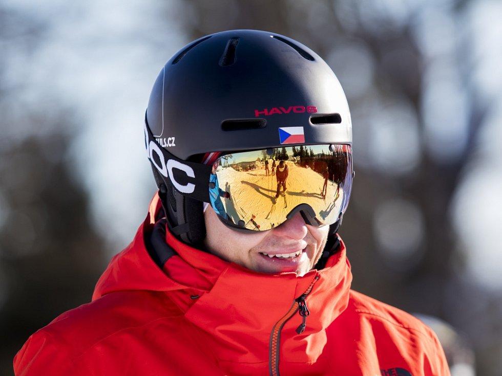 Zahájení lyžařské sezony v Jizerských horách. Tanvaldský Špičák. Lyžovat vyjel i Daniel Honzig, akromatický lyžař.