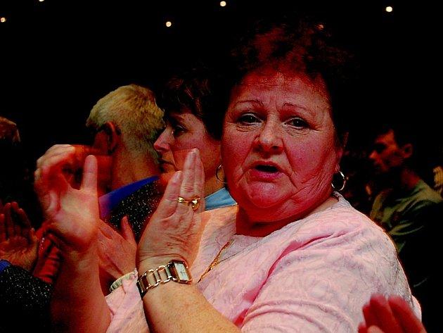 Atmosféru v jabloneckém Eurocentru při diskusi nad změnou metodiky prodeje obecních bytů doprovázelo nejen pískání. Jana Mravcová a ostatní přítomní hodnotili příspěvky svých zástupců také bouřlivým potleskem.