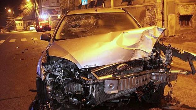 Zbrklá jízda zatím neznámého řidiče, který z místa nehody utekl, skončila nárazem do domu v Podhorské ulici v Jablonci.