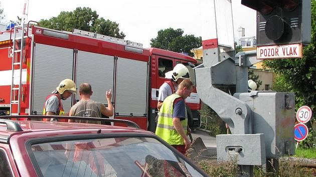 Štěrk z nákladního auta se vysypal v úterý na železničním přejezdu v ulici V aleji v Jablonci nad Nisou. Na místě operovali hasiči a policie.