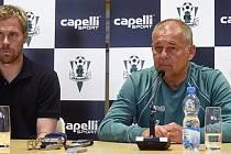 I s velkým počtem nových hráčů je atmosféra v týmu FK Jablonec pohodová. Tomáš Hübschman vlevo, trenér Rada vpravo.