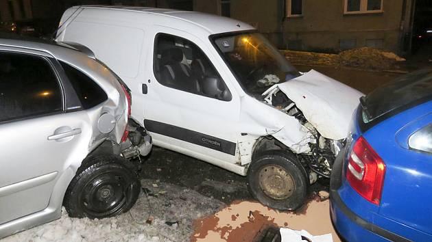 Opilý řidič poničil dvě auta a plot, jeho auto nemělo technickou.