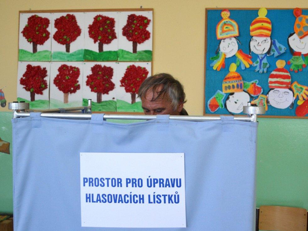 Začaly volby do zastupitelstev měst a obcí. Ve volebních místnostech v ZŠ Sokolí v Jablonci, okrsek č. 5, 6, 7 volí první voliči pár minut po začátku.