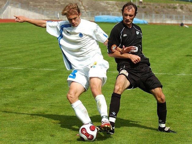 KONEČNĚ HRAJE. Jablonecký záložník Filip Klapka (vpravo) se po těžkém zranění kolene postupně vrací na fotbalový pažit. Ve včerejším libereckém derby patřil k nejlepším hráčům jabloneckého celku.