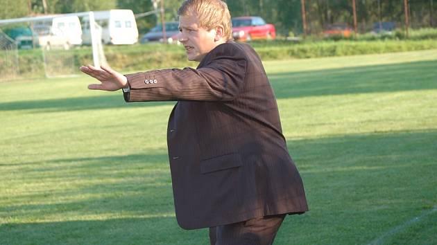 Trenér Dalibor Motejlek uklidňuje své svěřence.