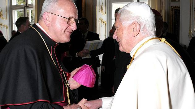 Papež Benedikt XVI. posílá osobní dar postiženým povodněmi – 25 000 eur. Na snímku s litoměřickým biskupem Janem Baxantem.