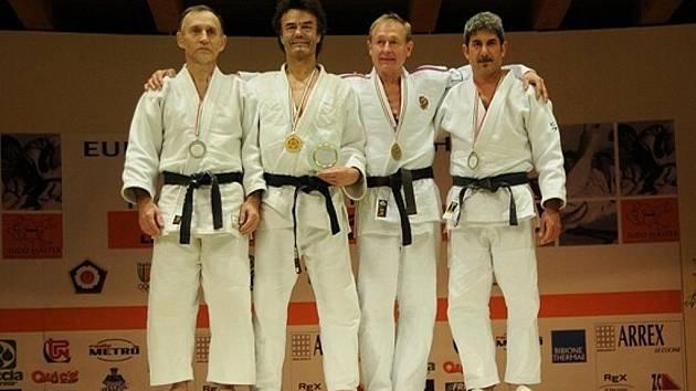 Jablonecký judista Lubomír Šindelář (druhý zleva) se v Itálii stal mistrem světa veteránů.