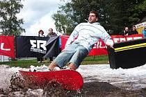 Netradiční exhibice se konala v sobotu na jablonecké přehradě v prostoru Slunečních lázní. Freestyloví rideři na lyžích a snowboardech soupeřili o prvenství v soutěži O'Neill Superheroes na dovezené překážce a umělém sněhu.