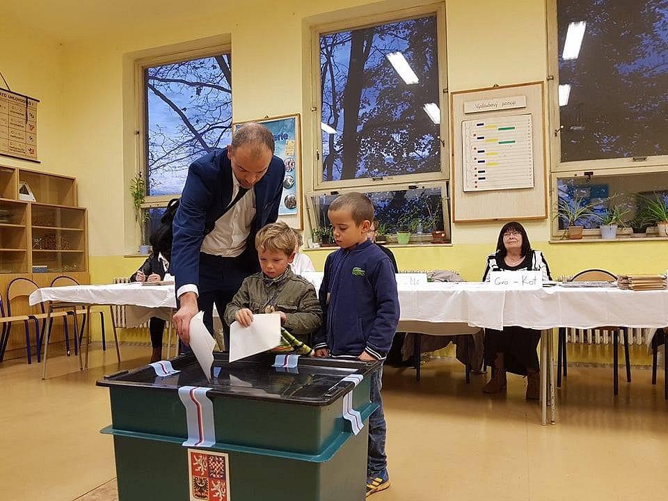 Děti pomáhají svým rodičům volit.