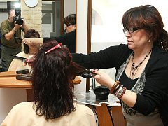 Dana Zedníková v jabloneckém kadeřnictví Fay při aplikaci brazilského keratinu na vlasy v reportáži na vlastní kůži.