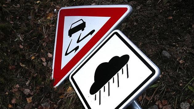 Dopravní nehoda po smyku na vozovce. Ilustrační snímek.