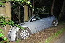Mercedes Benz vyjel ze silnice a mezi Jabloncem a Zásadou havaroval