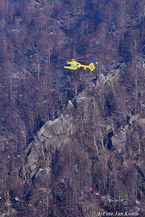 Pro zraněného horolezce přiletěl záchranářský vrtulník.