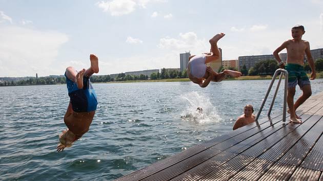 Vodní radovánky mládeže na přehradě Mšeno v Jablonci nad Nisou.