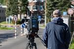 Novináři stále čekají 19. května před věznicí Rýnovice v Jablonci nad Nisou, v níž si odpykává trest vrah Jiří Kajínek. Za dvojnásobnou vraždu byl odsouzen na doživotí a ve vězení strávil 23 let. Nyní by se mohl dostat na svobodu díky prezidentské milosti