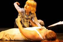 Společně nejen na jevišti. Na prknech divadla excelovala v baletní kompozici čtyřletá vozíčkářka Adélka Kusalová.