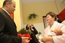 Zlatým řetízkem s přívěskem kozoroha obdaroval hejtman Stanislav Eichler prvního občánka Libereckého kraje v roce 2009 - Elišku Polákovou. Společně se starostou Jablonce Petrem Tulpou a dalšími hosty pogratuloval mamince.