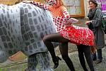 Herci libereckého Naivního divadla zahájili průvodem v kostýmech a rozdáváním programů mezinárodní festival MATEŘINKA 09. 20. ročník festivalu profesionálních loutkových divadel s inscenacemi pro děti předškolního věku.