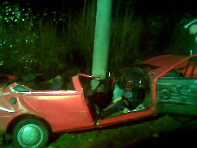 TRAGICKÁ NEHODA. Náraz do sloupu veřejného osvětlení byl natolik mohutný, že vozidlo bylo hodně zdeformované.
