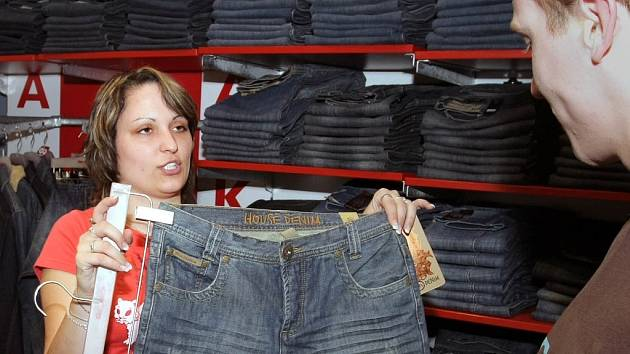 Oblíbeným trikem skupiny zlodějů bývá zabavení prodavačky. Další pak v klidu kradou zboží. Ilustrační foto.