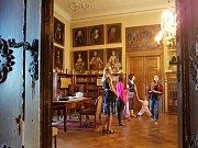 Státní zámek Hrubý Rohozec, obklopený nevelkým anglickým parkem, nabízí svým návštěvníkům prohlídku více jak třiceti bohatě zařízených místností.