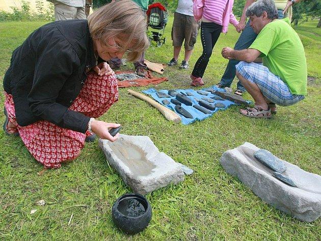 Václav Drnovský z katedry archeologie na hradecké univerzitě předváděl v sobotu návštěvníkům Kittelova muzea na Krásné výrobu kamenných seker z doby kamenné.