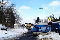 K několika jabloneckým fabrikám u silnice vedoucí k Černé Studnici se vozidla vyšší než tři a půl metru nedostanou jinak než mezi vilkami a přes přejezd bez závor. V cestě jim totiž stojí železniční most přes ulici SNP, pod nímž nepodjedou.