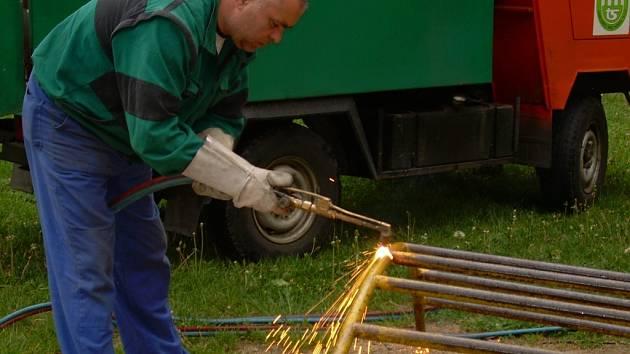 Technické služby města Jablonce rozebírají staré prolézačky.